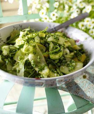Zucchinisalat und Brokkoli-Pesto Rezept: Personen,Zucchini,Rauke,Brokkoli,Knoblauchzehen,Haut,Parmesankäse,Salz,Olivenöl,Pfeffer