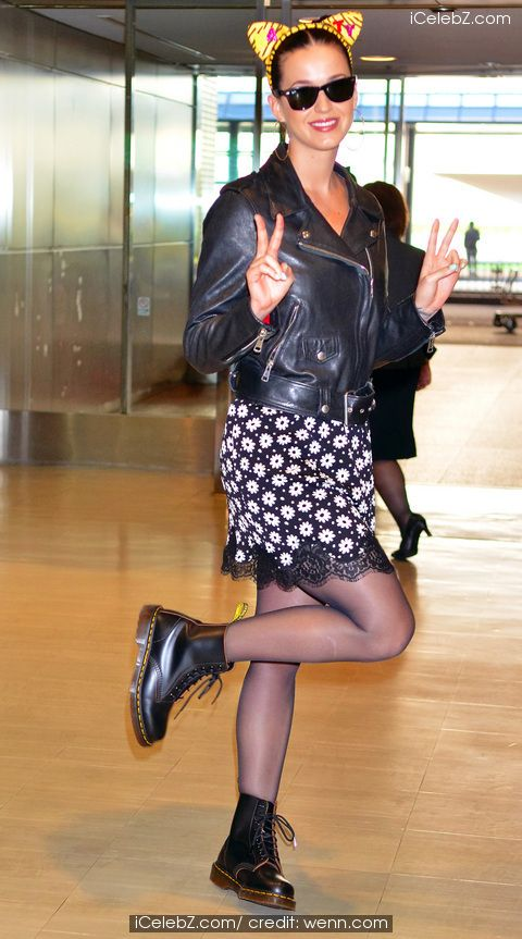 #KatyPerry greets Japanese fans at at Narita International Airport See more Pic. http://www.icelebz.com/events/katy_perry_greets_japanese_fans_at_at_narita_international_airport/