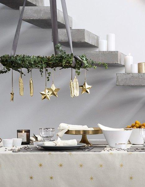 Noël nécessite de l'inspiration pour tout : décorer son sapin, faire ses cadeaux et surtout réaliser une table de fête digne de ce nom ! Pour vous aider dans la mission « un réveillon plus que parfait », nous avons fait du repérage. Belle vaisselle, jolis accessoires, mises en scène magiques : découvrez nos 20 idées pour une belle table de Noël ! http://www.elle.fr/Noel/Deco/deco-table-noel