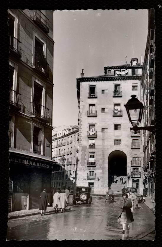 arco y calle de cuchilleros, en la década de 1950.