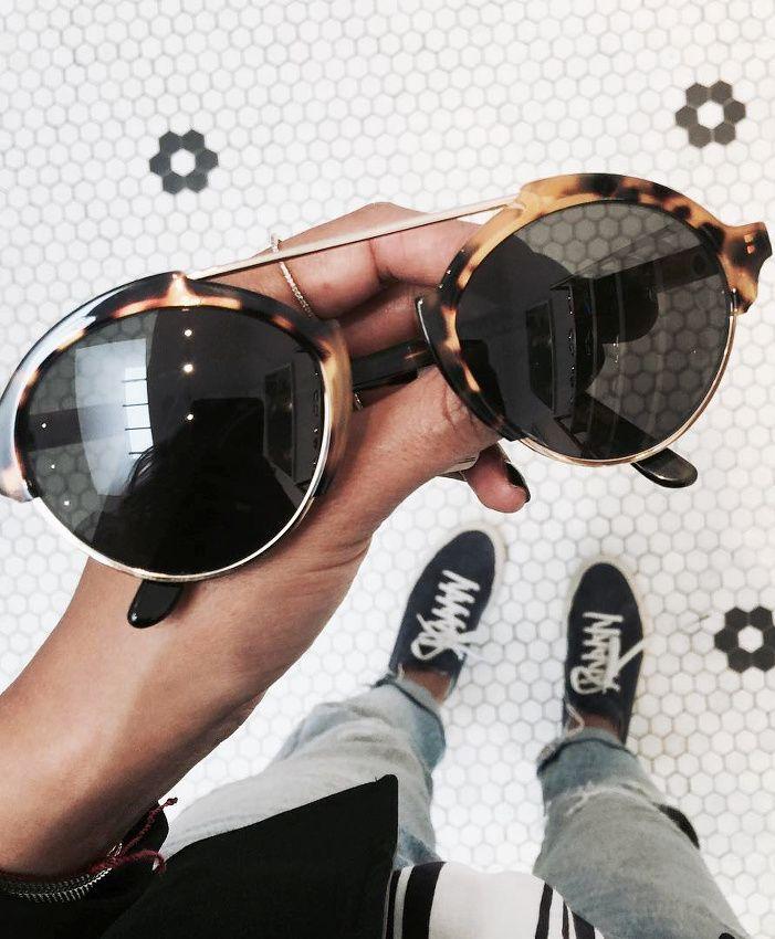 Discrètement originales, ces lunettes de soleil néo-aviateurs ont tout bon ! (instagram Julie Sarinana)