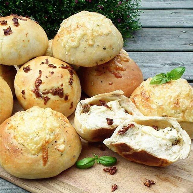 Rolls stuffed with cheese. A lot of cheese! And sundried tomatoes 🌸  Osteboller (eller rundstykker om du vil) - fylt med masse deilig ost og soltørkede tomater! Digg å ha i fryseren til travle eller matleie dager. Oppskrift på Bakemagi.no - direktelink i profilen 🌸  Ha en herlig lillelørdag 😊  #bakemagi #cheeserolls #dinnerrolls #rundstykker #osteboller #gjærbakst #kakeprat #bakeglede #bakelyst #melk_no  #kamillenorge #bakelyst #taramaaltid  #helenorgebaker #godtno #matbloggsentralen…