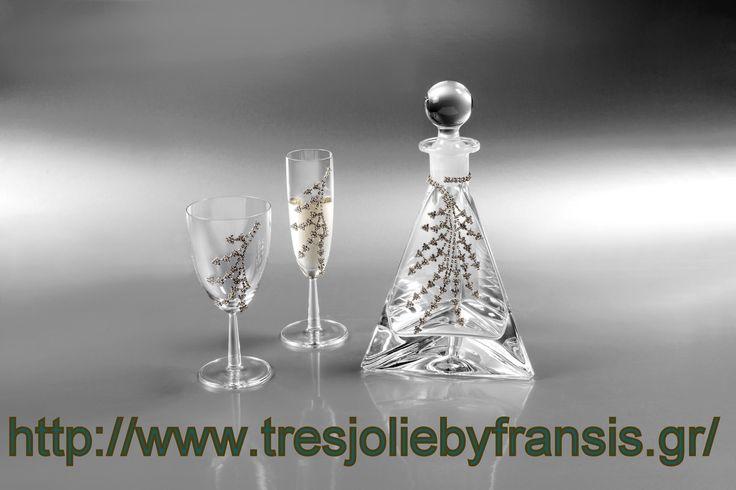 To set KLEOUSA αποτελείτε από μια κρυστάλλινη καράφα με μοτίφ επιπλατινομένο και διακοσμημένο με 300 stras, βγάζοντας ένα αποτέλεσμα υψηλής αισθητικής. Ένα ποτήρι κρασιού με μοτιφ επιλατινομενο με 120 stras και δυο ποτήρια σαμπάνιας το κάθε ένα με μοτιφ επιπλατινομένο και διακοσμημένο με 125 stras το κάθε ποτήρι