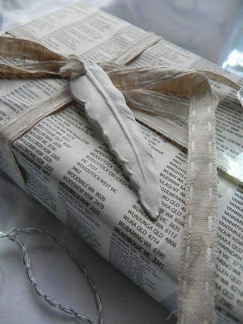 pacchetto-vecchio-giornale Carta scritta, spago con filza a mano, piuma di stoffa.