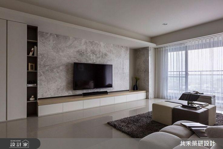 50 坪的現代風大宅,居住者為旅美20多年的夫妻,在他們位於台灣的居家中,設計師挹注現代風語彙,並採以簡約具設計感的線條、色塊,營造出寬闊舒適的視野,讓居宅不僅可坐擁台灣的人情味環境,也兼具了海外生活的開闊感,快跟著小編一起來看看吧!客廳電視牆採以淺色系石材鋪敘,周邊則搭配壁紙、玻璃、鐵件等,讓一切