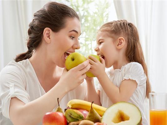 Ma adunk néhány tippet és tanácsot, hogy hogyan vedd rá a gyereket a zöldség- és gyümölcsevésre.