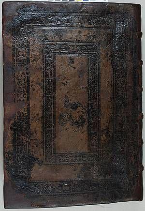 1534 Flavius Josèphe, Ulm, l'École Normale Supérieure de Paris (ENS), après restauration. - 8-L'art des reliures et Georges d'Armagnac: 2 autres reliures datent de sa période avignonnaise. La 1°, en maroquin brun à gros grain, est ornée en son centre d'un écu peint aux armes d'Armagnac, encadré d'un fer doré représentant 2 hommes soutenant 2 harpes. L'écu est surmonté d'un chapeau cardinalice. Le tout est encadré par un double encadrement de filets et de décor à la roulette.