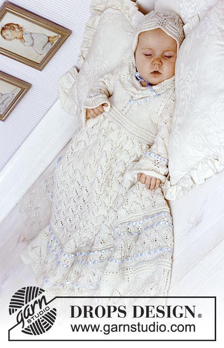 Dåbskjole med bukser og kyse i «BabyAlpaca Silk» med blondestrik. Gratis opskrifter fra DROPS Design.