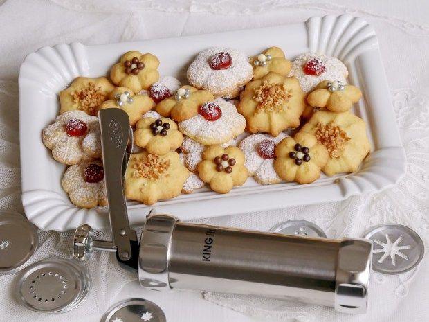 Vezměte do ruky při vánočním pečení lis na sušenky. Jednoduše s ním vytvoříte krásné sušenky třeba lineckého těsta. Bude jedna jak druhá, ale přitom si můžete vybrat hned z 20 různých tvořítek.