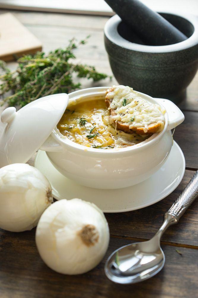 Классический французский луковый суп в горшочке