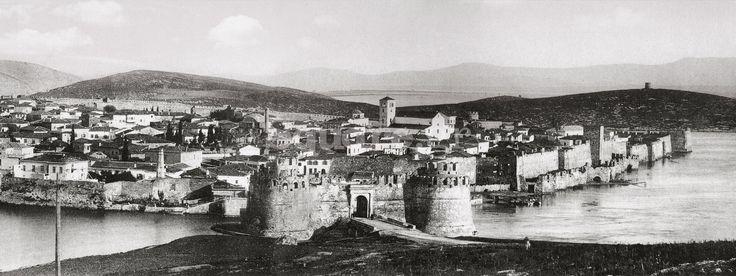 https://flic.kr/p/RTnpeW | Χαλκίδα | Το κάστρο της Χαλκίδας. Σε πρώτο πλάνο, ξεχωρίζουν οι δίδυμοι μεσαιωνικοί πύργοι του κάστρου του Ευρίπου. Λεπτομέρεια πανοραμικής φωτογραφίας από τη συλλογή Μ. Γ. Τσαγκάρη. Χρονολογείται μεταξύ 1884-90. square.gr/o-dimarxos-pou-agapithike-sa-theos/5777