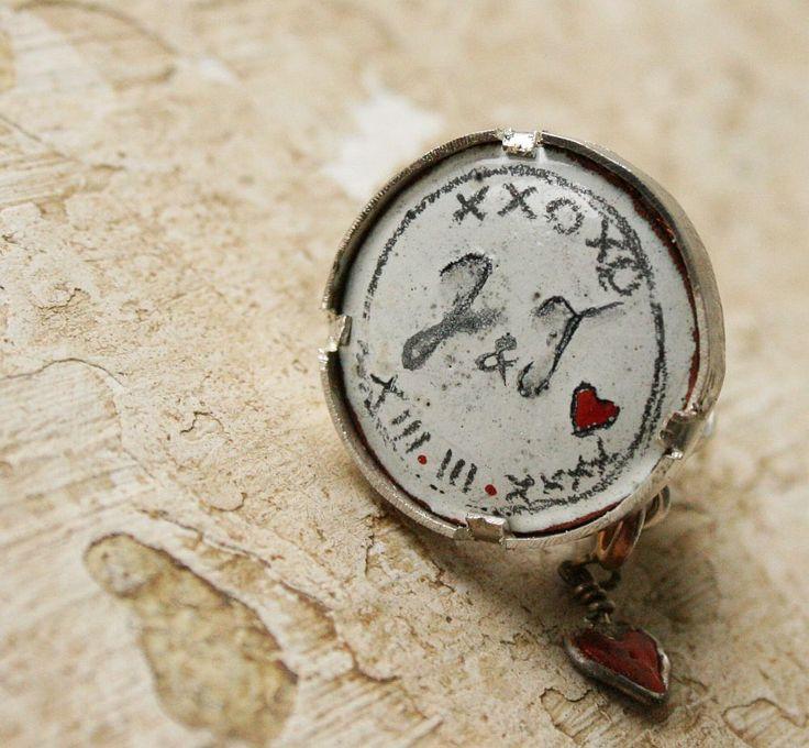 Prsten+Masivní+prsten+s+vloženým+smaltem+s+detaily+na+přání+:-)+Jako+efektivní+detailek+jednoduchého+prstenu+je+použito+maličké+srdíčko+oboustranné+a+odepínací+:-)+Prsten+je+prodaný,+ale+je+možné+vyrobit+tématicky+podobný+prstýnek+na+zakázku.