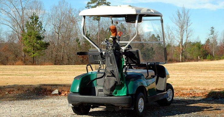 Cómo conectar las baterías en un carro de golf. En años recientes los carros de golf han incrementado su popularidad para el uso personal. Muchas personas tienen su propio carro para recreación. Los eléctricos requieren una mantenimiento mínimo. Las baterías son la fuente de energía para estos vehículos y necesitan ser cargadas en forma regular. Si un carro ha sido utilizando por un tiempo, ...