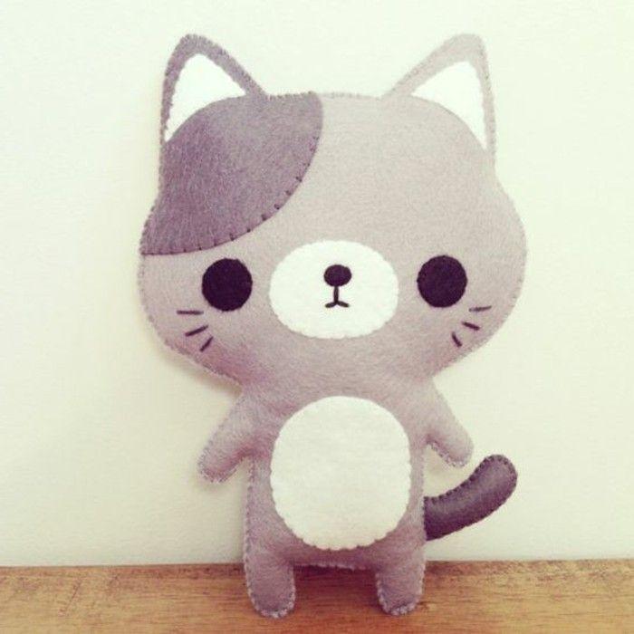 chaton gris et blanc, doudou fait main en feutrine cousu, idée de cadeau anniversaire enfant à faire soi meme