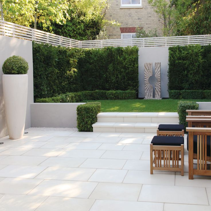 garden patio like the little hedges by the steps - Patio Garden Ideas