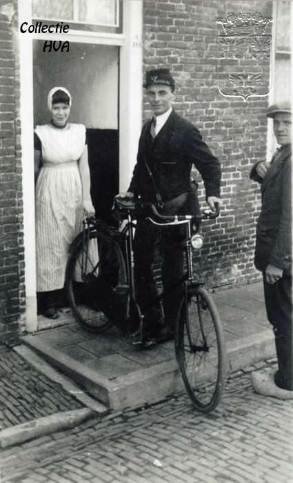Postbesteller Toon de Kam met zijn fiets (ca, 1930) Arnemuiden
