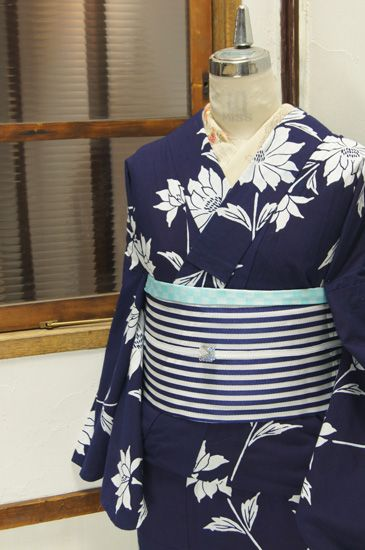 濃紺と白のバイラカラー凛と美しく染め出されたツリーダリアのような花模様がロマンチックな注染レトロ浴衣です。