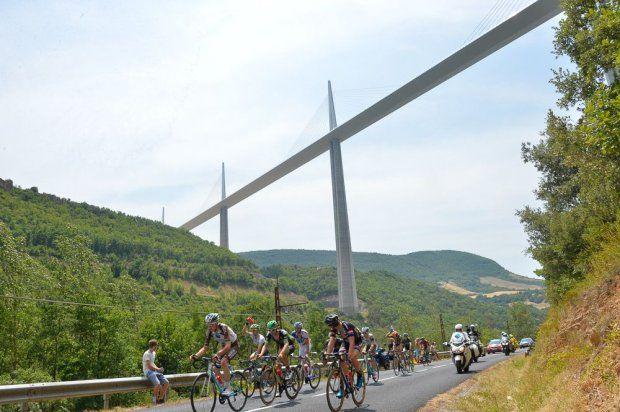 Tour de France 2015 - 18/07/2015 - 14ème Etape - Rodez / Mende - 178,5Km - le groupe d'intercalé au viaduc de Millau