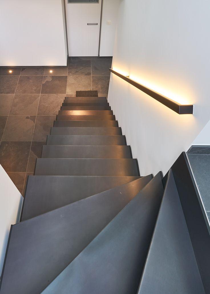 """Moderne metalen trap van zwart brut staal. Model """"Thin Black"""" van Genico... De armleuning is gelakt in dezelfde kleur en voorzien van led verlichting."""