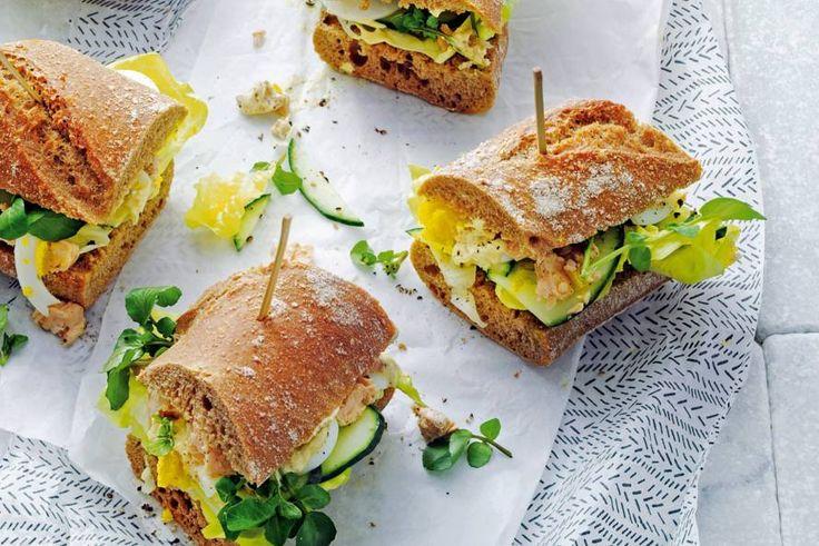 Stokbroodje vis met kruidige curry-yoghurt voor een luxe lunch. Of neem 'm mee voor een fijne picknick - Recept - Allerhande