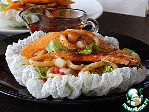 Салат из лосося и жареных кальмаров - кулинарный рецепт
