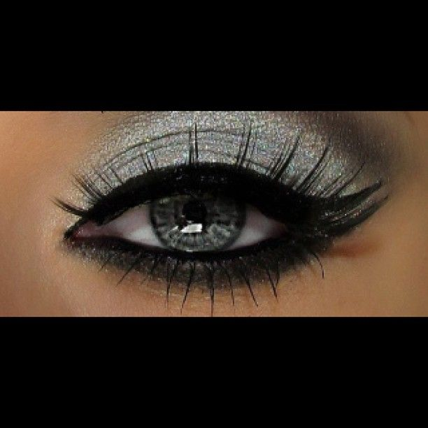 Il metallizzato è assolutamente di moda quest anno e allora perchè non adottare questo stile anche sugli occhi? Seguimi su facebook  #occhio #trucco #ombretto #eyeliner #mascara #glitter #argento #nero #metallizzato #azzurro #eye #make-up #eyeshadow #like #likeforlike #essence #kiko #rimmel #mac #girl #blog #pagina #page #followme #seguitemi #facebook #beautyblogger #blogger #vblog Web Instagram User » Followgram