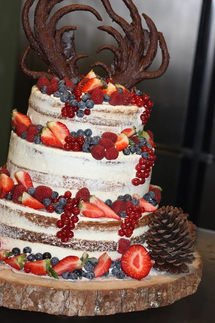 Hochzeitstorte Naked Cake mit Beeren, Winterfrühlingshochzeit in den Bergen im März, Berghochzeit im Riessersee Hotel Garmisch-Partenkirchen, Bayern, Wedding in Bavaria, March, spring, winter mountain wedding