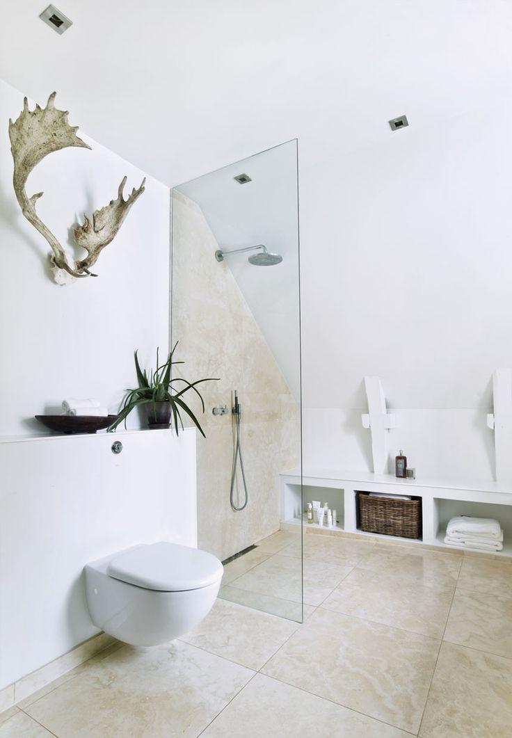 Lækkert lyst badeværelse.  #glassbathroom  Gule mursten, iskolde gulve og dunkle rum er nu afløst af kridhvid facade, lun loungestemning og vinduespartier, der kan få naboerne til at kigge en ekstra gang. Se villaens forvandling her.
