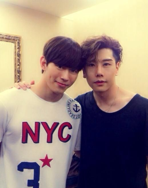 Boy group VIXX member Hongbin took a picture with Park Hyo Shin.