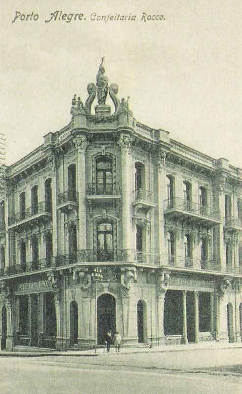 Prédio da Confeitaria Rocco, na esquina das ruas Dr. Flores e Riachuelo, no centro de Porto Alegre, em 1945.