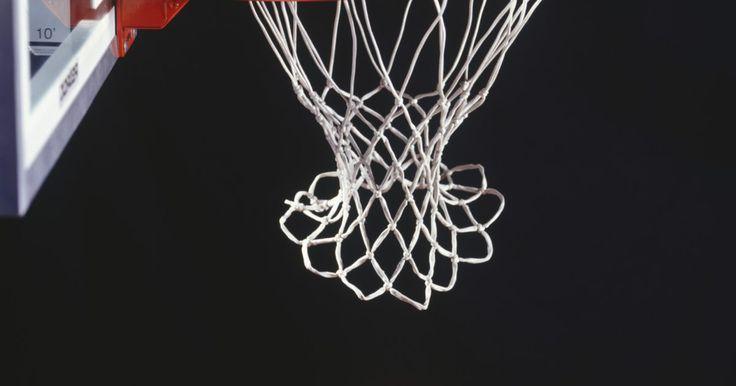 Tabela de basquete feita em casa. Construir sua própria tabela de basquete em casa é fácil e pode ser feito com uma variedade de materiais; você pode encontrar tudo que precisa ao redor da sua casa ou na garagem. Uma pessoa pode concluir este projeto de forma rápida e sem qualquer ajuda; isto renderá horas de diversão com o seu projeto de basquete caseiro.