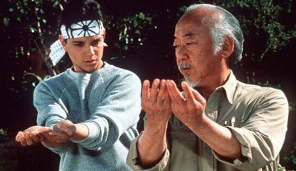 La famosa película Karate Kid nos enseña que la filosofía de un deporte aplica para la vida y los negocios. Conoce las frases más famosas del Sr. Miyagi.