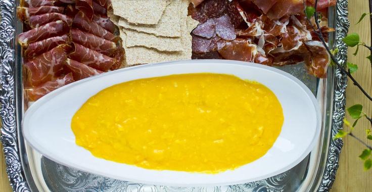 Eggene koagulerer ved 70 grader, så eggene blir fort til en stiv kake hviss man steker eggerøra for hardt. Den idiotsikre metoden til et fløyelsmykt resultat, er å bruke et vannbad. Her serverer jeg eggerøra med spekemat, men det er selvfølgelig også godt med røyklaks, eller grønnsaker, eller noen bakte tomater.  Ingrediens  4 personer  8 stk egg  1 ss smør  1 ss crème fraîche  1 ts salt  Del oppskriften        Spis aldri mer enn du kan løfte      - Miss Piggy    Slik gjør du