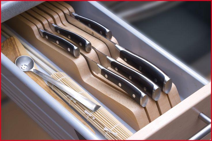 Schubladeneinsatz - 7271 - WÜSTHOF - Sichere und praktische Aufbewahrung der Messer. Material: Massives Buchenholz, lackiert. Für 14 Messer: 8 kleine Messer, 6 große Messer und einen Wetzstahl. Bis zu 26 cm Klingenlänge. Leer. Breite 22 cm x Tiefe 43 cm x Höhe 5 cm.