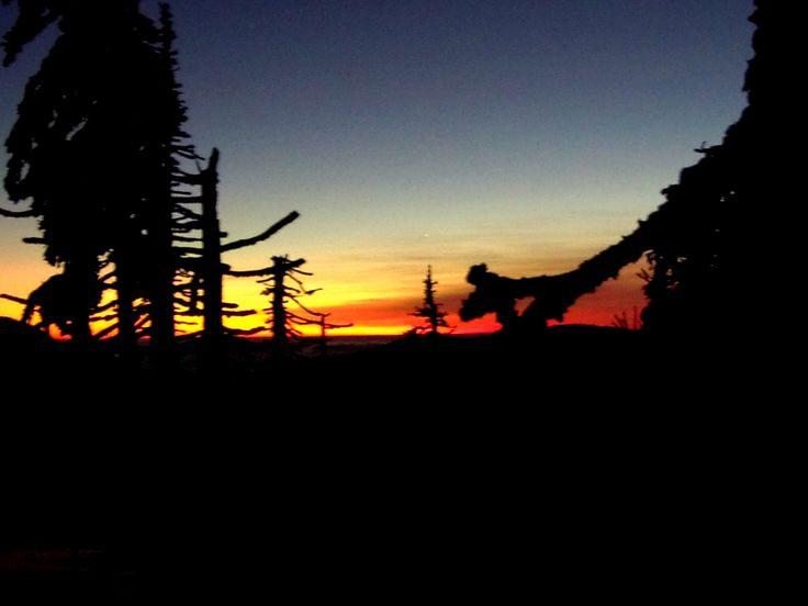 Západ slunce pod Kralický Sněžníkem s výhledem na Polsou stranu. Úchvatný okamžik. http://lavivatravel.cz/cs/vypravy-na-sneznicich/vystup-na-kralicky-sneznik