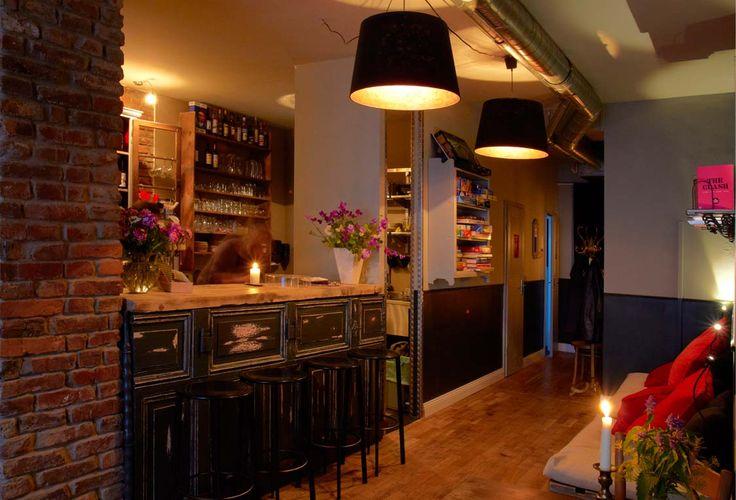 """Bar und Wohnzimmer mit Konzerten, Fußball und anderen Veranstaltungen auf der Flügelstraße in Düsseldorf-Oberbilk. Dazu ein lecker Cocktail, """"Bier des Monats"""", """"Kassettendeck riskant"""" oder eine Pizza von nebenan – willkommen in der Kassette!"""