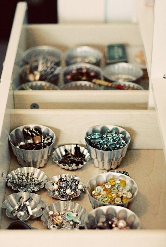 Organizando bijuteria com forminhas de queques! Que doce ;-)