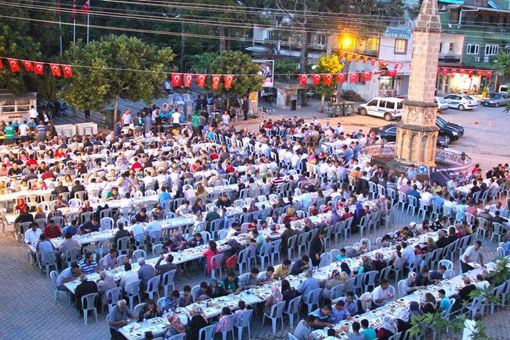 """Adana'nın merkez ilçesi Karaisalı'da belediye başkanlığı tarafından toplu iftar programı düzenlendi.  Cumhuriyet meydanında düzenlenen iftar programı Kuran'ı Kerim ve duaların okunmasıyla başladı. Ardından ilçe merkezi ve mahallelerden gelen binlerce vatandaşa iftar yemeği verildi. İftar programında konuşan Adana Büyükşehir Belediye Başkanı Hüseyin Sözlü, """"Mübarek Ramazan ayında Karaisalılı hemşerilerimizle bir arada olmanın gururunu yaşıyorum. Allah'a şükürler …"""