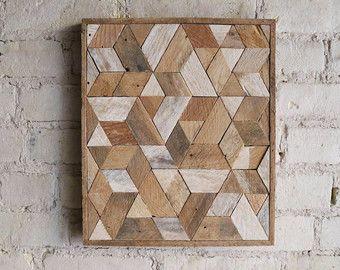 Este es un diseño madera recuperado gráfico y geométrico que está hecho de listón repurposed. Está listo para colgar y haría una obra de gran declaración para una pared de la galería. La pieza también se lucen muy bien sentado en un estante o repisa de la chimenea o una pieza central en una mesa.  Puede ser modificado para requisitos particulares.  Cada pieza será única madera recuperada.  Acabado natural de todos. Pinturas ni mancha utilizado.  Este diseño es copyright protegido. Creado por…