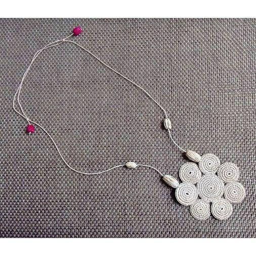 Colar de flores em fio de tucum com técnica de crochet.   Ecoacessório da 'Coleção Magia da Amazônia'. #igaramodaarte #ecoacessorios #ecojoias #biojoias #modaverde #modasustentavel #brasil #brazil #biojewelry