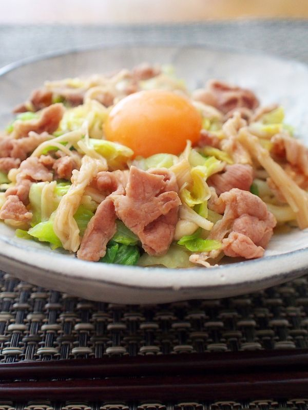 「豚こま」を使ったレシピをご紹介します。他のお肉の代用に使ったり、まとめて揚げてカツにしたり、旬の野菜と炒めたり。豚こまレシピを活用して、忙しい日や給料日前も、おいしいお肉を楽しみましょう♪