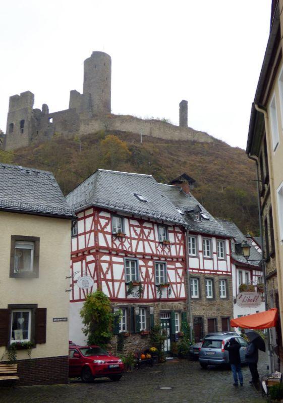 Die Burgruine thront über Monreal, Foto: S. Hopp