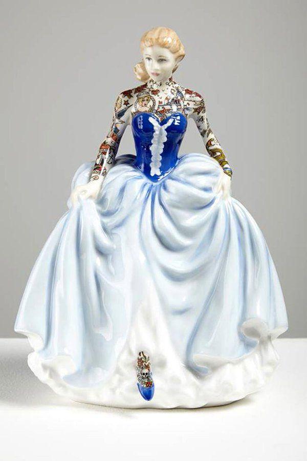 """""""ジェシカ・ハリソン(1982〜)による「ペインテッド・レディ」(2014-2015)。イギリスのアーティスト。磁器で繊細な人形を制作しています。彫刻の分野で博士号を取得しています。"""""""