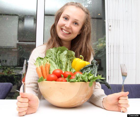 """Susan Reynolds, de 30 años, es una empresaria escocesa que mantiene una dieta desde hace siete años en la cual come únicamente fruta fresca, verdura, frutos secos y semillas, con el fin de estar sana y con la piel libre de impurezas.  La escocesa es confundida constantemente con una adolescente debido a su jovial aspecto que le brinda una dieta """"cruda"""". La mujer creó una serie de recetas """"para hacer las comidas más interesantes"""" al paladar. Recalcó que luego de su viaje a la India decidió…"""