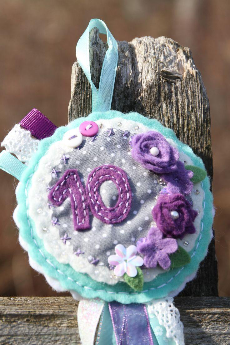 Fialkové+narozeniny...proč+ne?+Nedokonale+dokonalá!+Nesmí+chybět+na+žádné+oslavě+narozenin!+Narozeninová+brož,+která+zaručeně+ozdobí+každého+oslavence.+Průměr+10cm,+délka+se+stuhami+cca+22cm.+Opatřeno+poutkem-+brož+může+posloužit+ijako+dekorace+do+pokojíčku,+na+dveře,+nad+postel,...+Číslo+na+přání,+nebopočáteční+písmeno+jména+dítěte,+jak+si...