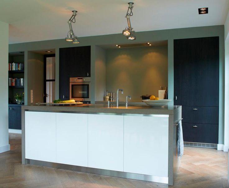 Keuken trends: strak met nissen en inbouwkasten | combinatie warme en koele tinten en materialen | designverlichting | aanrechtblad en ombouw spoeleiland beton...