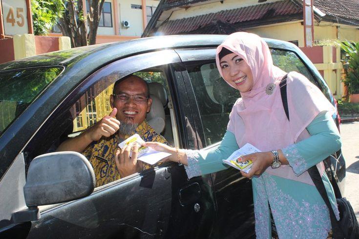 Memperingati Hari Kartini Dinas Kesehatan Kabupaten Sumbawa melaksanakan berbagai kegiatan, salah satunya pembagian garam beryodium secara gratis