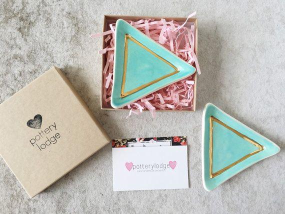 Plato de anillo triángulo de oro sostenedor del por PotteryLodge