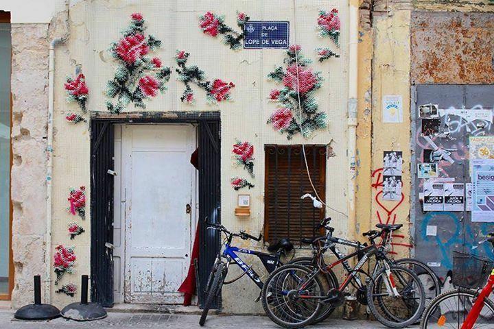 Raquel Rodrigo decoreerde de muren van Madrid met geborduurde bloemen. A poetic way to add a bit of life to the urban architecture.