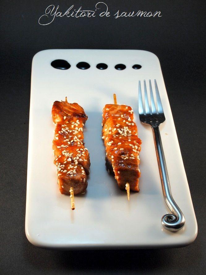 yakitori de saumon – 300g de saumon frais – 3 c. à soupe de sauce soja – 2 c. à soupe de jus de citron vert – 2 c. à soupe de vinaigre de riz – 2 c. à soupe de sucre roux – 1cm de gingembre ( – 1 c. à soupe de graine de sésame – Sel & poivre – Huile